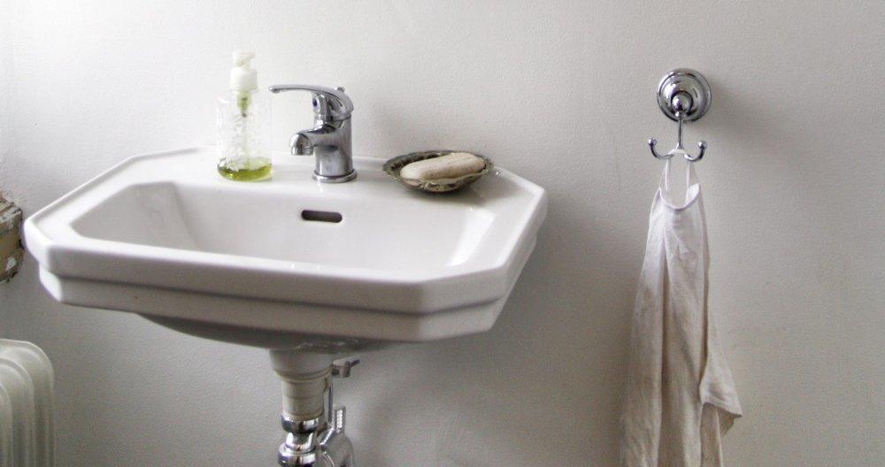 Klikk på bildet for å forstørre. Eldre håndvasker hadde ofte litt profiler og kanter som bidro til å hindre vannsøl.