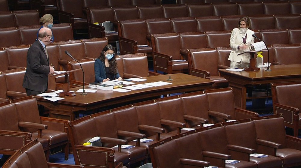 Klikk på bildet for å forstørre. Lederen for Representantenes hus, demokraten Nancy Pelosi, og flere andre representanter gikk med masker, da de samlet seg i Representantenes hus på torsdag.