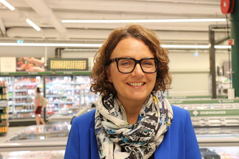 Klikk på bildet for å forstørre. Tone Wille, Posten-sjef, mener det er bra at dagligvarebransjen tilpasser seg utviklingen i samfunnet når folks handlevarer endrer seg. - Vi vil tilby kontaktfri levering, og vi ser fram til samarbeidet, sier hun til den oppmøtte pressen på Coop Mega Harbitz torg på Skøyen i Oslo.