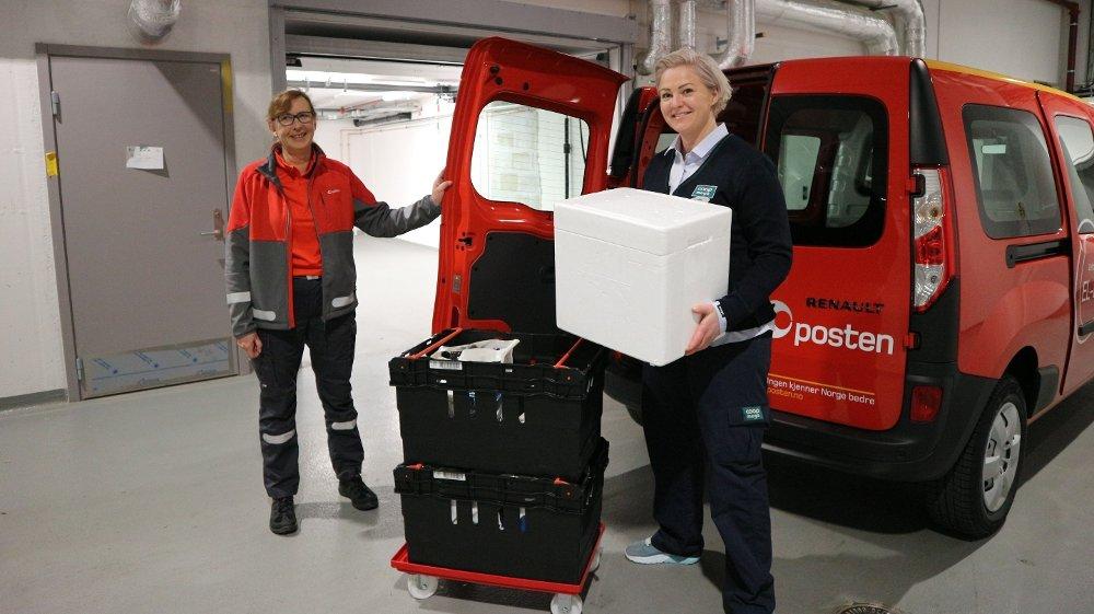 Klikk på bildet for å forstørre. HJEMLEVERING: Det er Posten Norge som skal stå for hjemkjøringen av Coop-varene folk bestiller. Her er postbud Heidi Solstad Bakken og butikksjef Birgitte Myhr på Coop Mega Harbitz torg på Skøyen i Oslo.