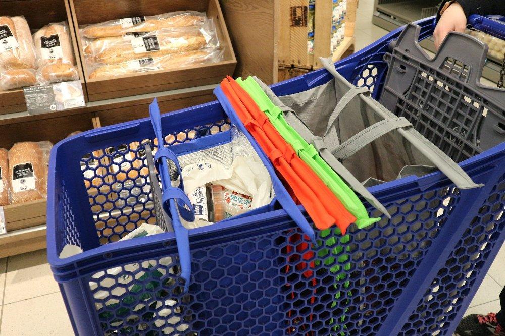 Klikk på bildet for å forstørre. SORTERING: Når varene plukkes i butikk skal de sorteres i ulike poser, for å sørge for at varene blir lagret og fraktet under riktig temperatur.
