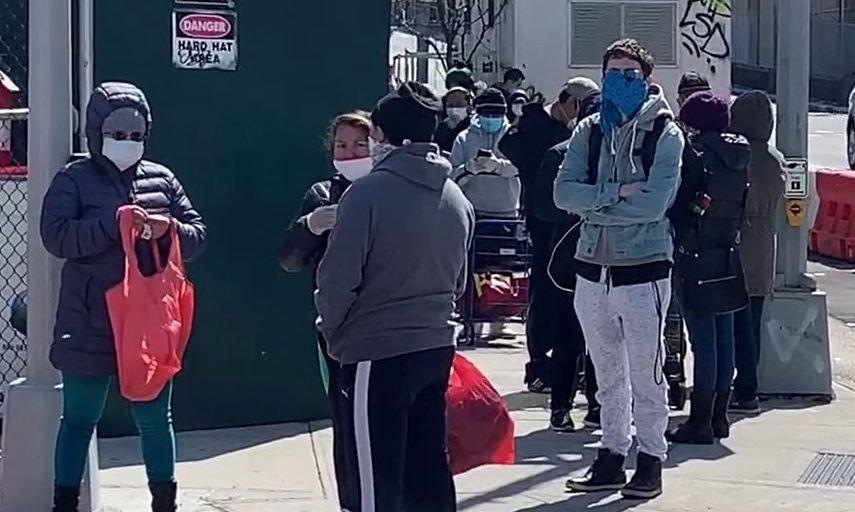 Klikk på bildet for å forstørre. Koronavirusets herjinger fører nå også til at også studenter, skuespillere og musikere ender opp i matkøene i byen, skriver New York Post.