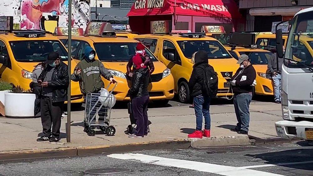 Klikk på bildet for å forstørre. Arbeidsledigheten og fattigdommen har skapt et enormt press på de mange suppekjøkken og matsentraler som er i New York.