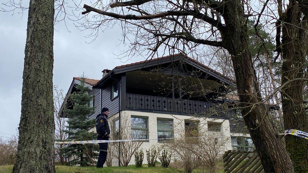 Klikk på bildet for å forstørre. HUSET: Politiet er utenfor huset til Tom Hagen på Lørenskog, tirsdag ettermiddag.