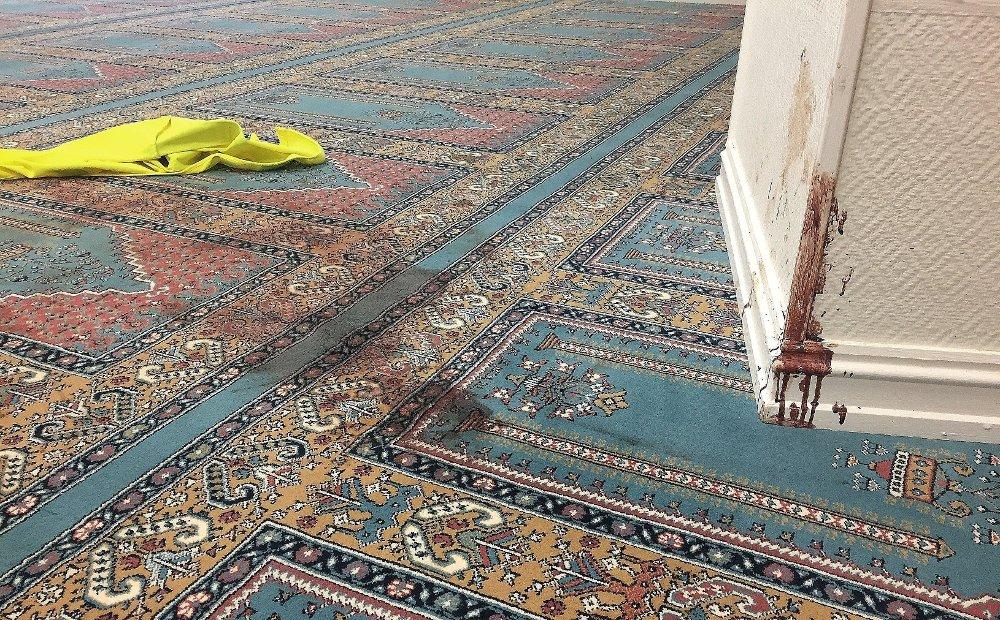 Klikk på bildet for å forstørre. Blod på teppe og vegger i bønnerommet i Al-Noor-moskeen i Bærum. Til venstre i bildet er en gul vest. Den er for å vise hvor basketaket foregikk.