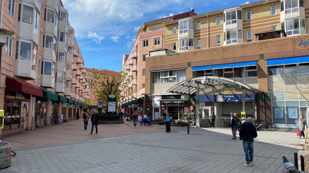 Klikk på bildet for å forstørre. Bildet viser Grønland torg i Oslo. Folk går i gatene og foran inngangen til T-banen.