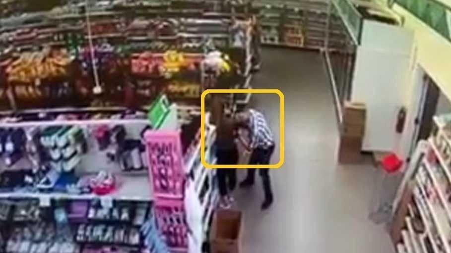Klikk på bildet for å forstørre. Hendelsen fant sted i en Dollar Tree butikk i Holly i Michigan på lørdag.