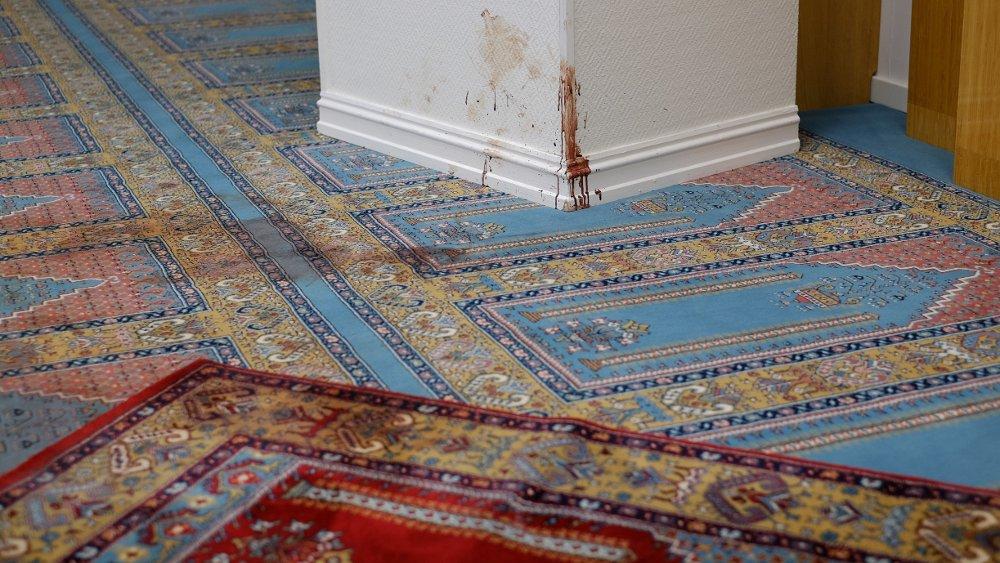 Klikk på bildet for å forstørre. Det var fullt av blod på teppet og veggene i moskeen etter terrorangrepet.