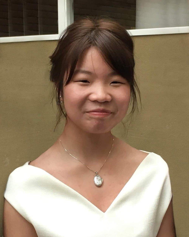 Klikk på bildet for å forstørre. Portrettbilde av avdøde Johanne Zhangjia Ihle-Hansen som smiler til kamera iført en hvit kjole.