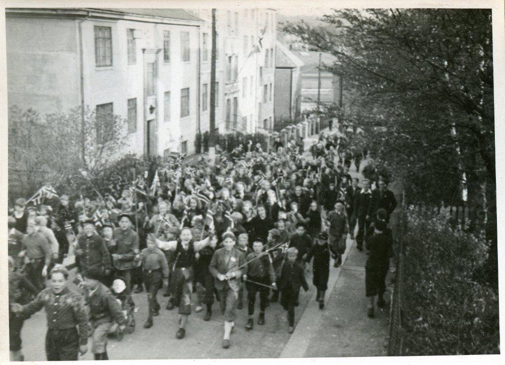 Klikk på bildet for å forstørre. Det ble laget lokale tog med flagg og jublende barn rundt om i Bergen 8. mai. Bildet er hentet fra album etter Leon Jacobsen.