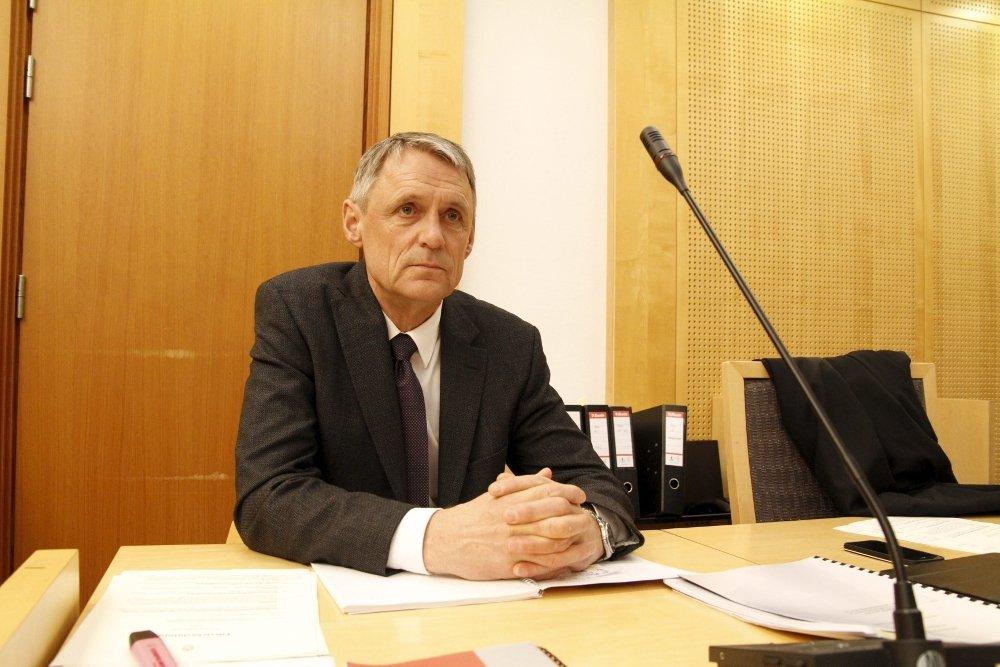 Klikk på bildet for å forstørre. Bilde av advokat Dag Svensson i rettssalen sittende ved pulten sin og ser i kamera.