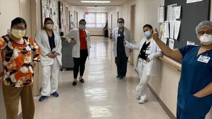 Klikk på bildet for å forstørre. Helsedepartementet i New York sier at de har fått rapportert om utbrudd fra hele 239 sykehjem i staten, hvorav minst seks av dem har hatt dødsfall på 40 pasienter eller mer. Her er noen sykepleiere fotografert inne på Isabella Geriatric Center.
