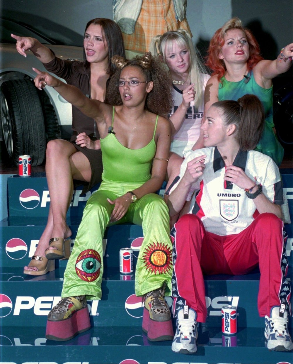 Klikk på bildet for å forstørre. VICTORIA EMMA GERI MELB MELC World famous pop group Spice Girls first row from left to right; Victoria, Emma, Geri, 2nd row left to right; Mel B and Mel C gesture during a press conference in Istanbul on Saturday May 31, 1997. The Spice Girls will perform in concert in Istanbul's Inonu Stadium on October 12th.