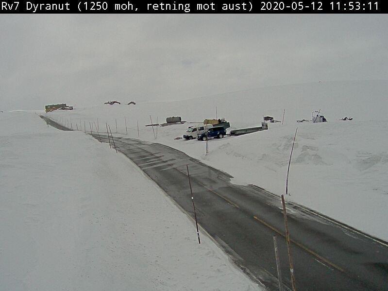 Klikk på bildet for å forstørre. Riksvei 7 over Hardangervidda tirsdag. Her er det innført kolonnekjøring.