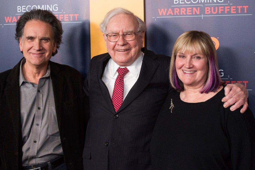 Klikk på bildet for å forstørre. - Jeg hadde fordelen av å se mine to eldre søsken brenne gjennom de fleste av pengene sine ganske raskt. Jeg ville ikke følge den veien, skriver Peter Buffett i boken han ga ut i 2010. Her er han sammen med faren Warren Buffett og søsteren Susie Buffett i januar 2017 i New York.