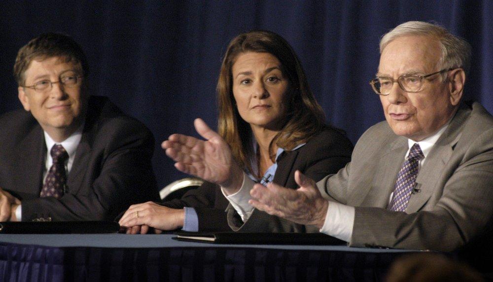 Klikk på bildet for å forstørre. Her er WArren Buffet sammen med Bill Gates og kona Melinda Gates i 2006, i forbindelse med at Buffet ga 10 millioner aksjer fra Berkshire Hathaway Corporation til Bill & Melinda Gates Foundation. Gaven hadde den gang er verdi på 31 milliarder dollar.