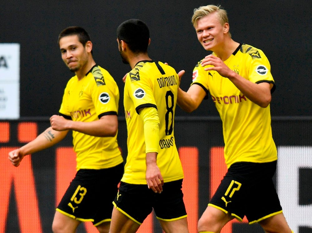 Klikk på bildet for å forstørre. LEKENDE LETT: Raphael Guerreiro, Mahmoud Dahoud og Erling Braut Haaland gjorde som de ville mot rivalen på lørdag.