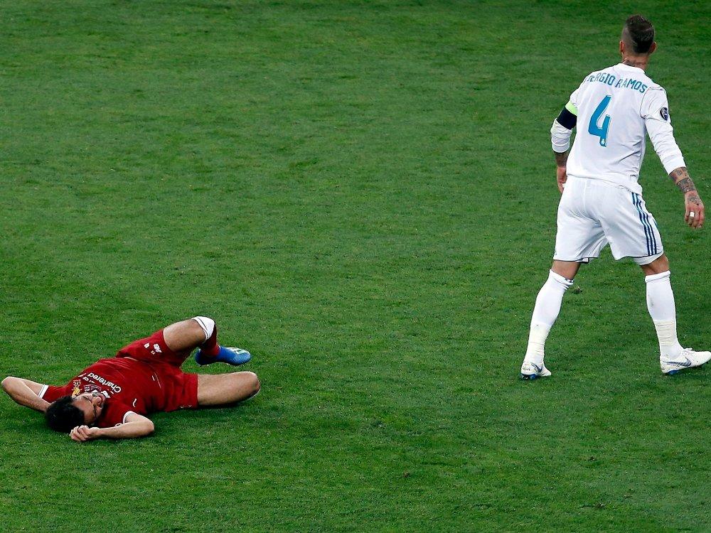 Klikk på bildet for å forstørre. SMERTER: Mohamed Salah forsøkte å spille videre, men det lot seg ikke gjøre.