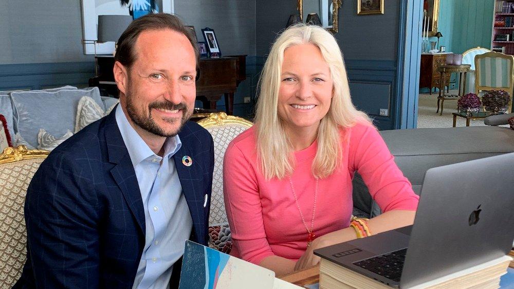 Klikk på bildet for å forstørre. Kronprins Haakon og kronprinsesse Mett Marit hadde mandag videomøte med lærere som nå hovedsaklig driver undervisning via internett hjemmefra.