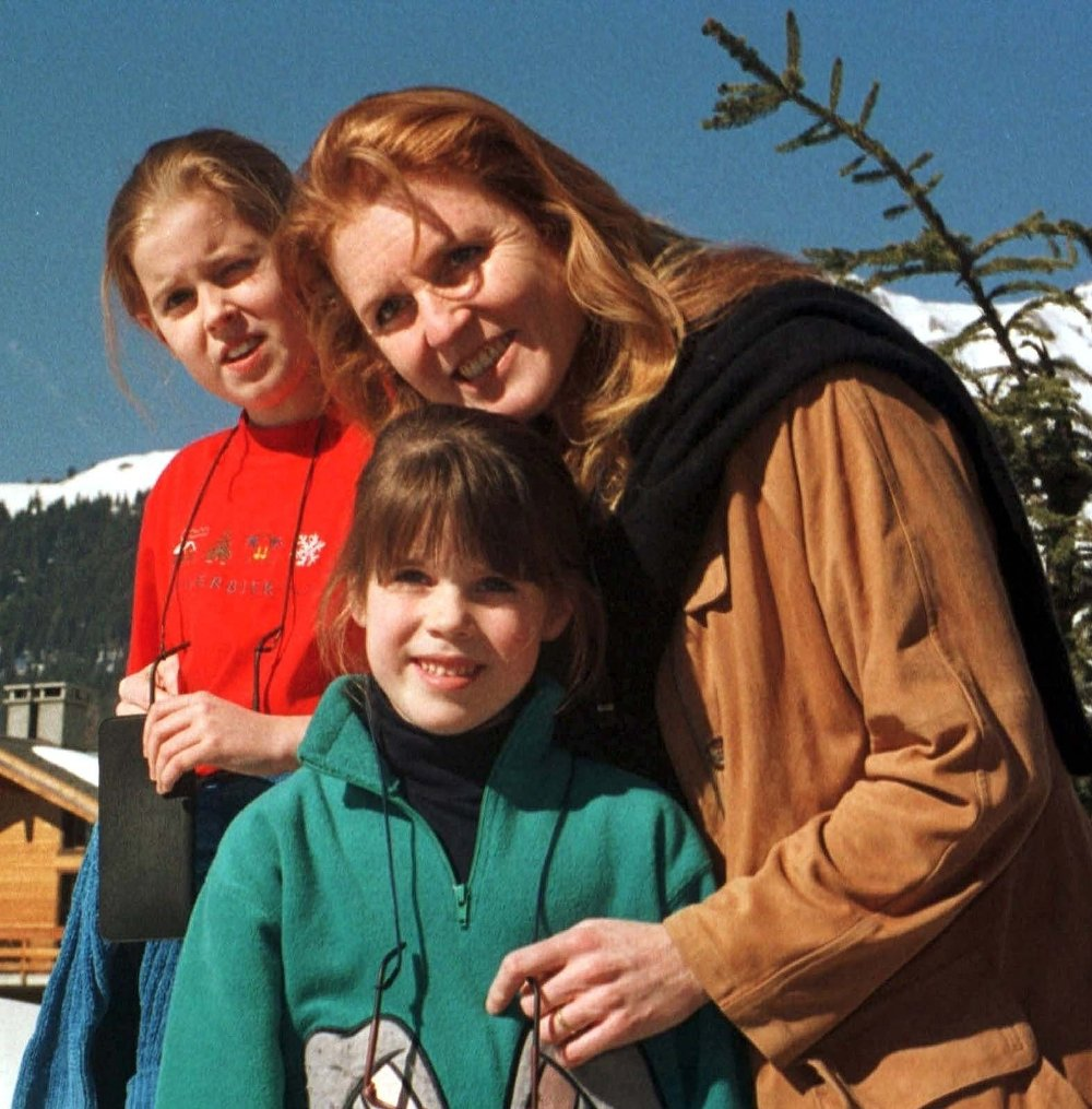 Klikk på bildet for å forstørre. SARAH FERGUSON FILE -- Sarah Ferguson, right, the Duchess of York, poses with her daughters Beatrice, left, and Eugenie in the Swiss ski-resort of Verbier in this February 1998 file picture. According to the Swiss daily newspaper
