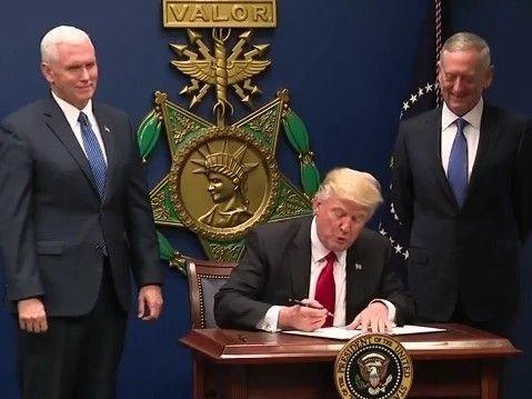 Klikk på bildet for å forstørre. Donald Trump signerer den omstridte presidentordren 13769, som senere ble erstattet av presidentordren 13780.