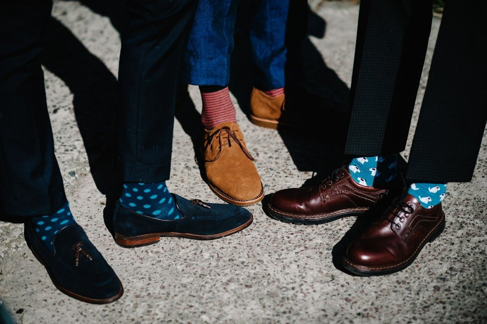 Klikk på bildet for å forstørre. Groom's and groomsman feet with funny colorful socks. The men in stripy socks. Bright, vintage, brown shoes. Fashion, style, beauty. Groom's and groomsman feet with funny colorful socks. The men in stripy socks. Bright, vintage, brown shoes. Fashion, style, beauty.