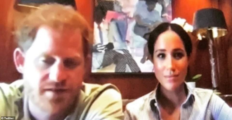 Klikk på bildet for å forstørre. PRIVATE: Prins Harry og Meghan har vært sparsomme med å dele bilder fra deres nye Hollywood-hjem. Man kunne derimot få et lite glimt da de dukket opp på en videosamtale.