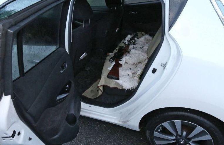 Klikk på bildet for å forstørre. Manshaus hadde med seg tre tohåndsvåpen da han angrep moskeen i Bærum. Ett av dem ble liggende igjen i baksetet av bilen da han tok seg inn.