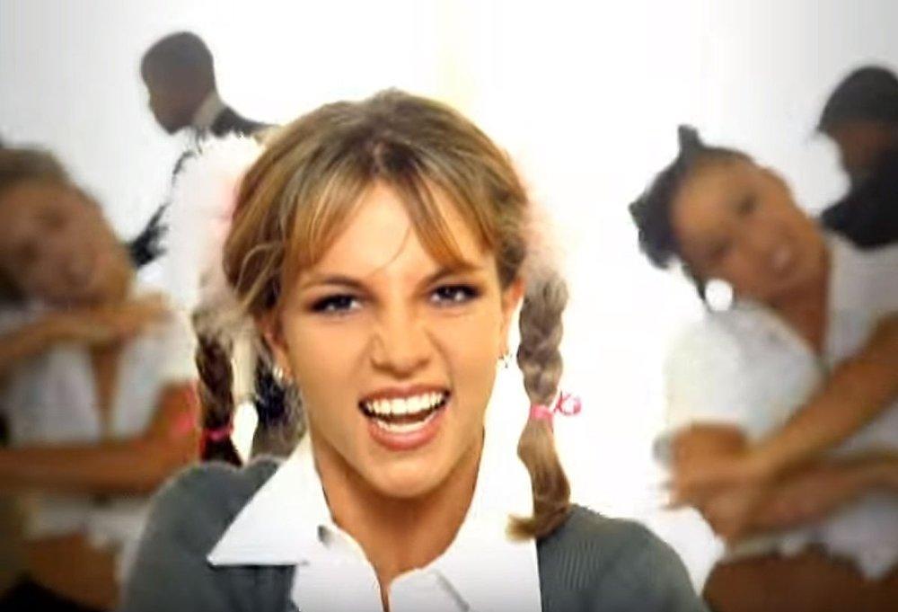 Klikk på bildet for å forstørre. BRITNEY SPEARS i «Hit me baby one more time»-videoen fra 1998.