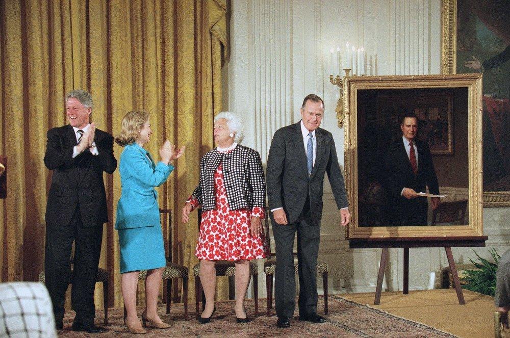 Klikk på bildet for å forstørre. Daværende president Bill Clinton og førstedame Hillary Clinton var vertskap for forgjengerne Barbara Bush og George H.W. Bush under sistnevntes offisielle avduking av presidentportrettet i Det hvite hus i 1995.