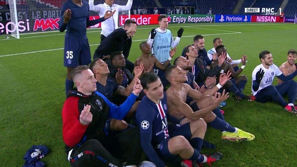 Klikk på bildet for å forstørre. HÅNLIG FEIRING? Paris Saint Germain holdt Dortmund-spiss erling Braut Haaland unna flere scoringer og satte inn to mål selv. Så feiret de avansementet i Champions League på denje måten