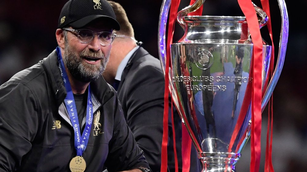 Klikk på bildet for å forstørre. Liverpool's German manager Jurgen Klopp looks at the trophy after winning the UEFA Champions League final football match between Liverpool and Tottenham Hotspur at the Wanda Metropolitano Stadium in Madrid on June 1, 2019.
