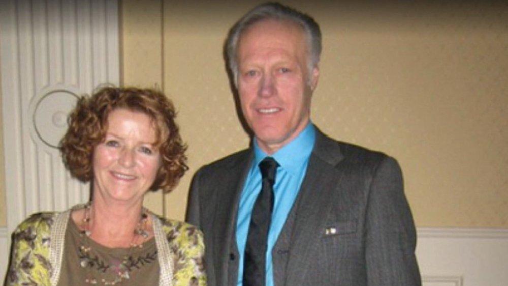 Klikk på bildet for å forstørre. Tom og Anne-Elisabeth Hagen som står fint antrukket og ser i kamera.