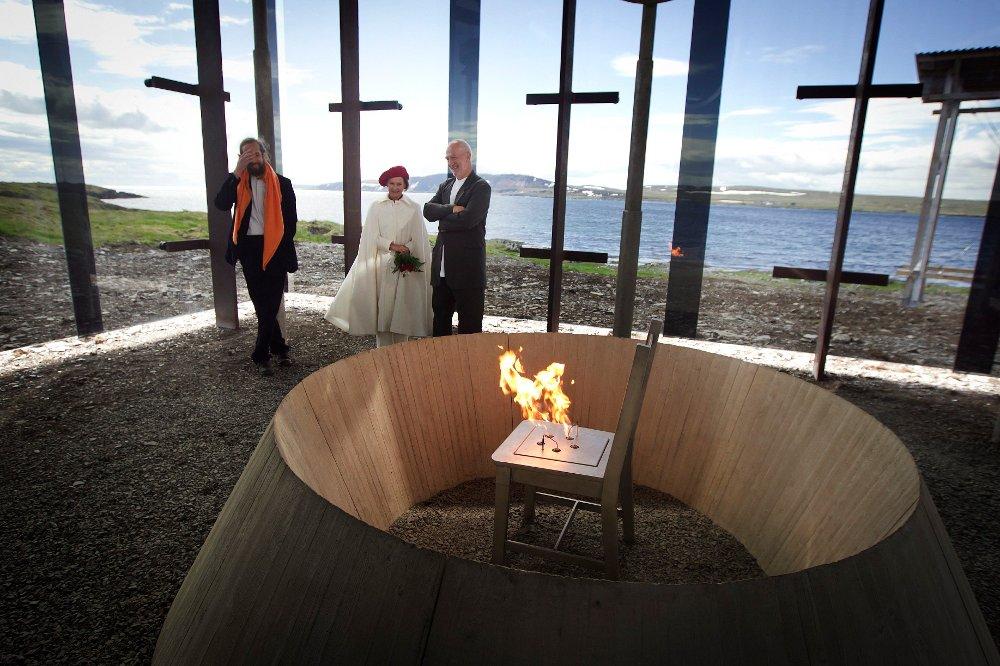 Klikk på bildet for å forstørre. Dronning Sonja var på plass av den offisielle åpningen av heksemonumentet.