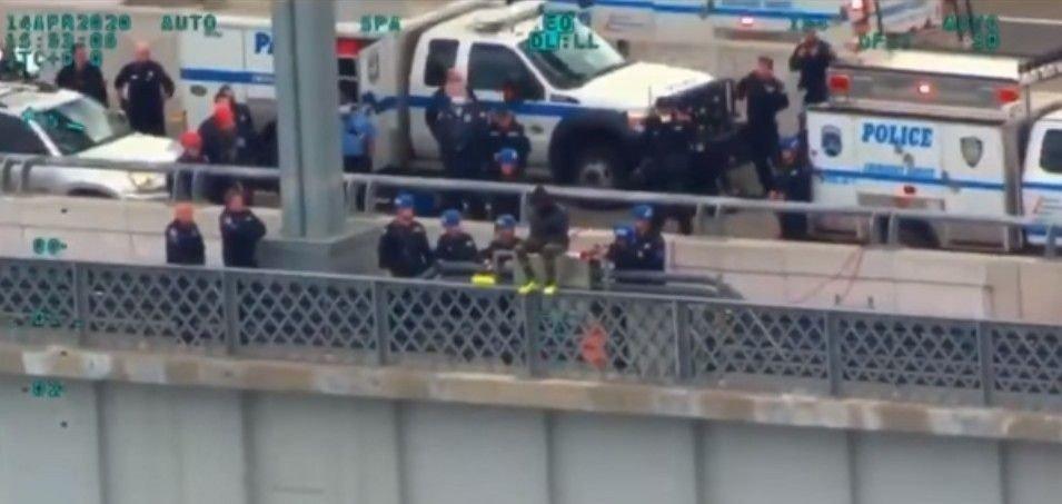 Klikk på bildet for å forstørre. Mye er annerledes i USA: På Facebook legger NYPD ut video de har tatt fra Bayonne Bridge av en person som reddes fra å hoppe.