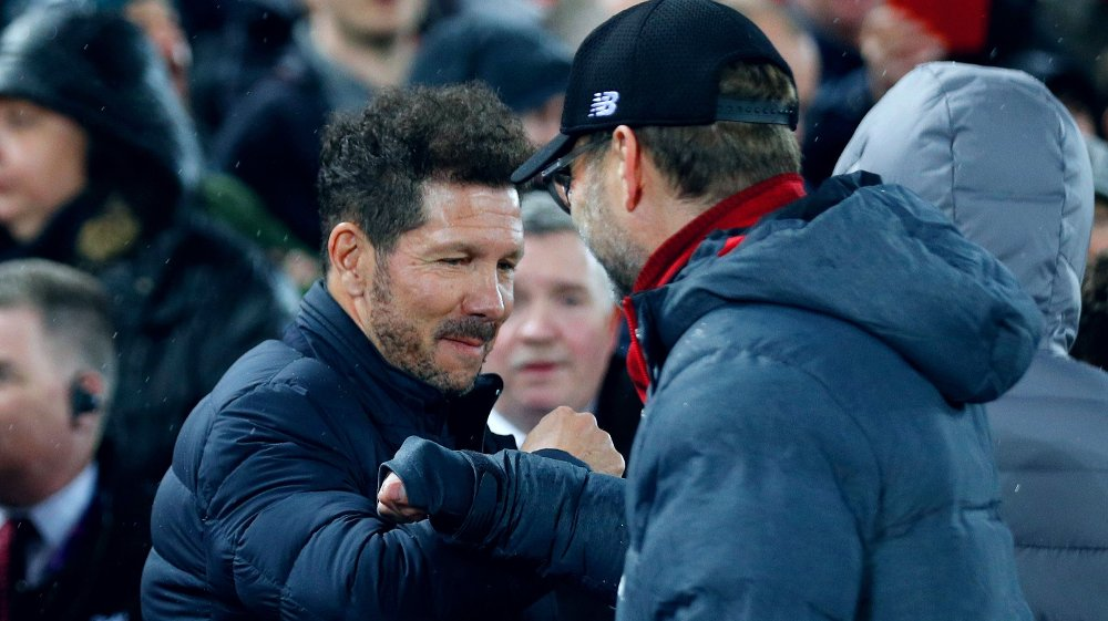 Klikk på bildet for å forstørre. FOR FÅ TILTAK: Atlético Madrid-trener Diego Simeone og Jürgen Klopp avbildet før kampstarten på Anfield i mars.
