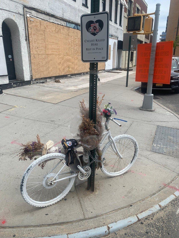 Klikk på bildet for å forstørre. Antall sykkelulykker økte kraftig da koronakrisen kom til New York. Dette bilder er fra Hunters Point i Long Island City i Queens, der man har satt opp dette minnet over en person som ble drept i en sykkelulykke her.
