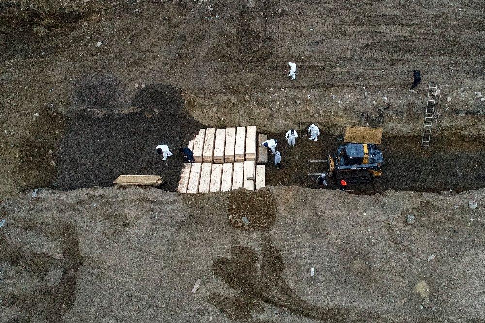 Klikk på bildet for å forstørre. I New York måtte man ta i bruk massegraver for å begrave de døde og dronebilder fra Hart Island utenfor byen gikk verden rundt tidligere i år.