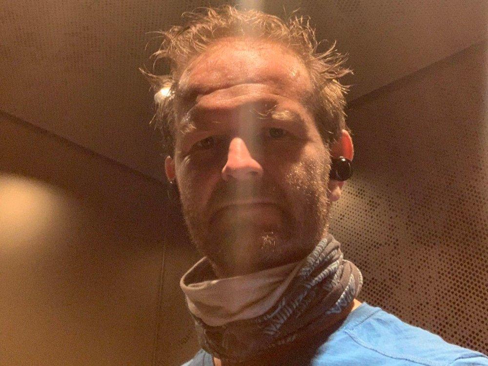 Klikk på bildet for å forstørre. Her står jeg i heisen i bygget vårt etter en løpetur. Det føles fortsatt klamt å stå der sammen med andre mennesker, og man tar alltid på seg maske eller noe over nese og munn om andre kommer inn i heisen.