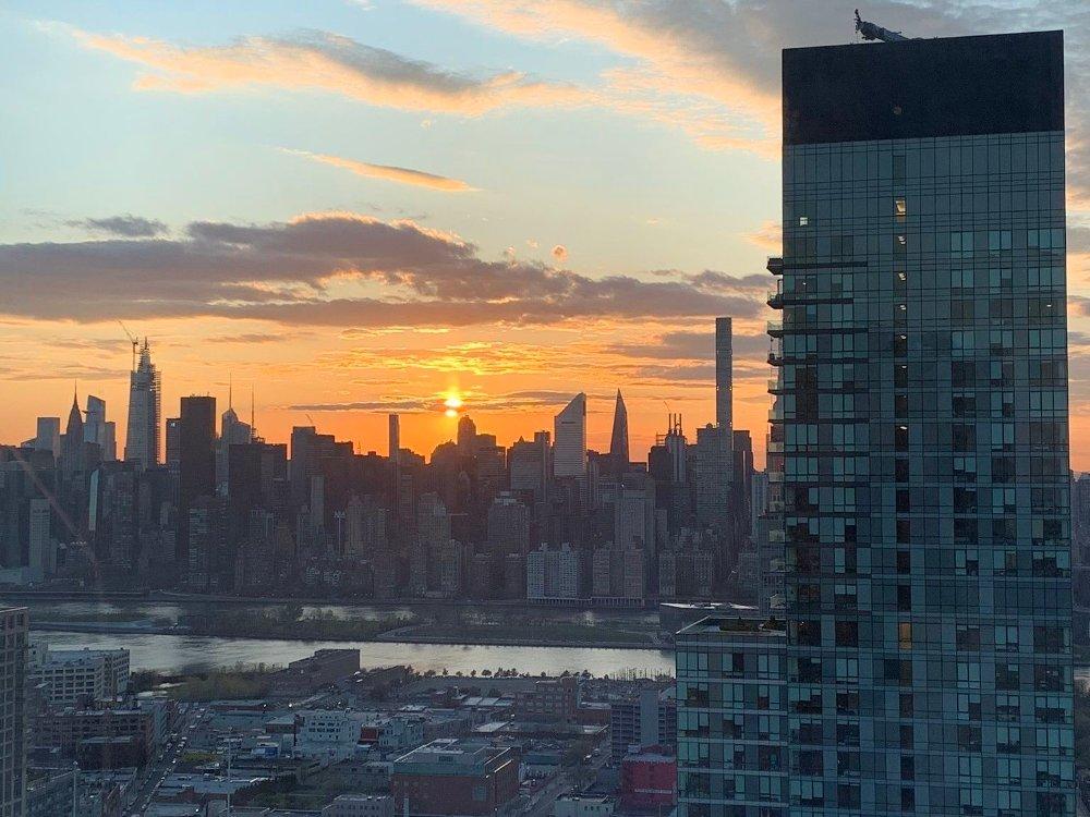 Klikk på bildet for å forstørre. Her borte har vi nå flere bekjente som ble smittet av korona. Vi har også bekjente som har blitt skikkelig syke. Bildet viser utsikten inn mot Manhattan fra blokken vi bor i.