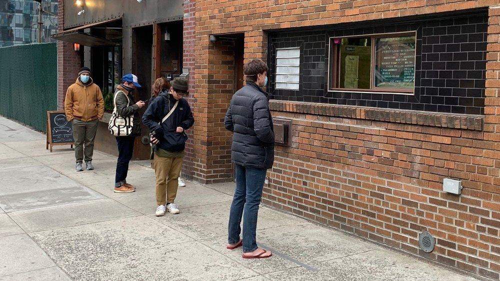 Klikk på bildet for å forstørre. Slik ser en typisk barkø ut i New York. Barer som dette, Dutch Kills i Queens, selger drinker til folk som kommer på gaten som takeaway.