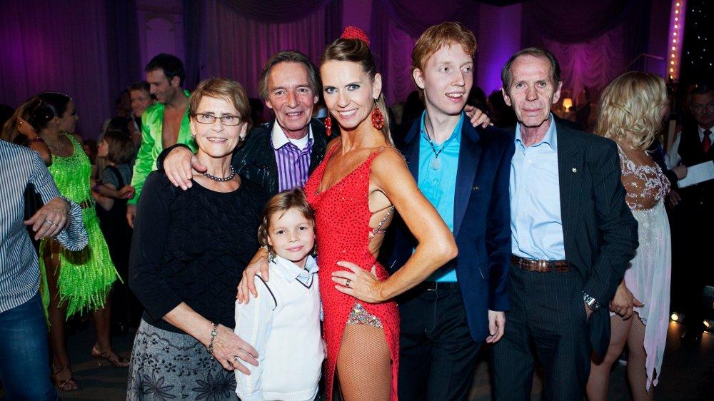Klikk på bildet for å forstørre. MED FAMILIEN: Ellen Arnstad deltok i «Skal vi danse» i 2009, og er her hun med hele familien. Joachim er nummer to fra høyre.