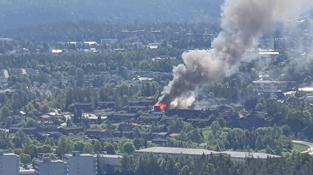 Klikk på bildet for å forstørre. MYE RØYK: Brannen kunne ses fra lang avstand.