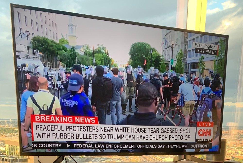 Klikk på bildet for å forstørre. - Fredelige demonstranter ved Det hvite hus ble gasset med tåregass og skutt med gummikuler så Trump kunne få en fotomulighet ved kirken, melder CNN.