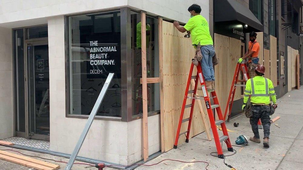 Klikk på bildet for å forstørre. De største og mest luksuriøse butikkene Nettavisen gikk forbi på Manhattan, hadde sperret igjen både dører og vinduer.