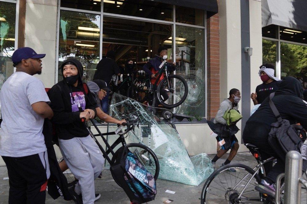 Klikk på bildet for å forstørre. Plyndrere i Los Angeles forsyner seg grådig fra en butikk. President Trump anklager gruppen Antifa for mye av plyndringen og ødeleggelsene, og stempler dem som en terrorgruppe.