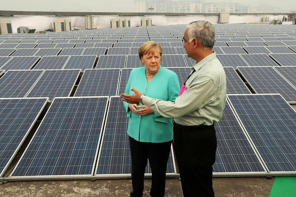 Klikk på bildet for å forstørre. INVESTERER: Prisene på fornybar elektrisitet har falt drastisk i løpet av det siste tiåret, drevet av forbedret teknologi, større volumer, mer konkurransedyktige forsyningskjeder og mer erfaring blant utviklerne. Nesten halvparten av strømmen til Angela Merkels Tyskland kom fra fornybar energi i 2019.