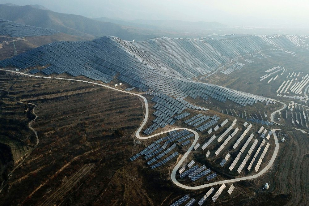 Klikk på bildet for å forstørre. In this Nov. 28, 2019, photo, a solar panel installation is seen in Ruicheng County in central China's Shanxi Province. As world leaders gather in Madrid to discuss how to slow the warming of the planet, a spotlight is falling on China, the top emitter of greenhouse gases. China burns about half the coal used globally each year. Yet it's also the leading market for solar panels, wind turbines and electric vehicles.