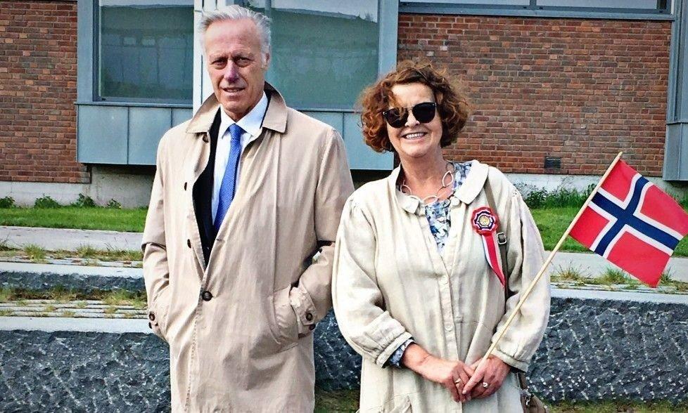 Klikk på bildet for å forstørre. Tom Hagen og Anne-Elisabeth Hagen på 17. mai. Privat. Brukes med tillatelse.