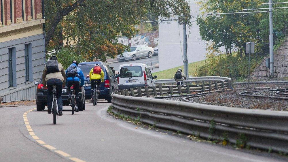 Klikk på bildet for å forstørre. Biler og sykler på Kongsveien.